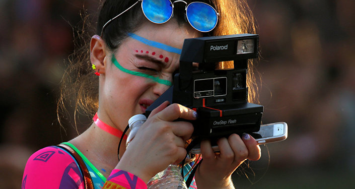 Meitene fotografē. Foto no arhīva