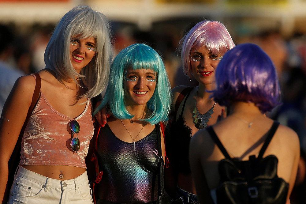 Девушки фотографируются на Коачелла-фест