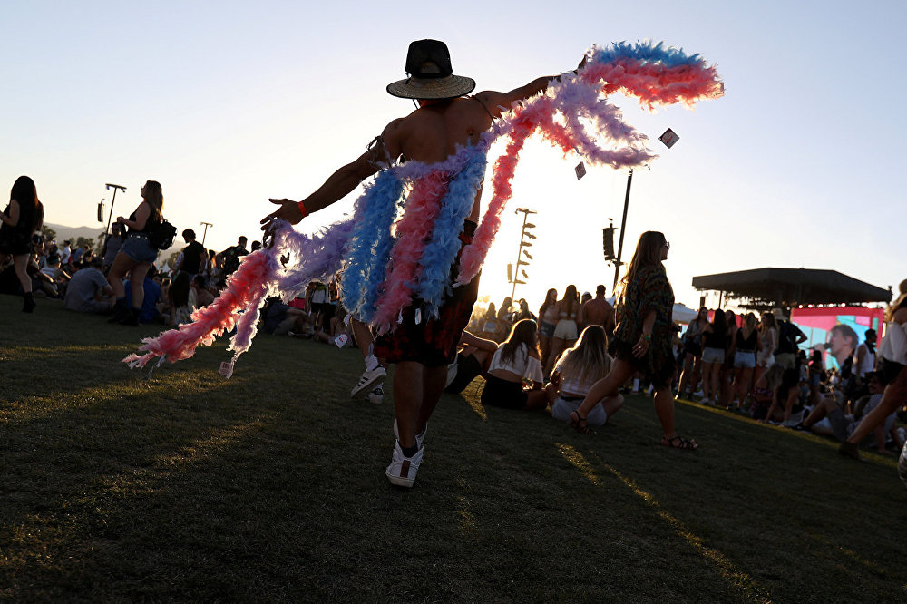 Мужчина танцует на Фестивале музыки и искусств в долине Коачелла