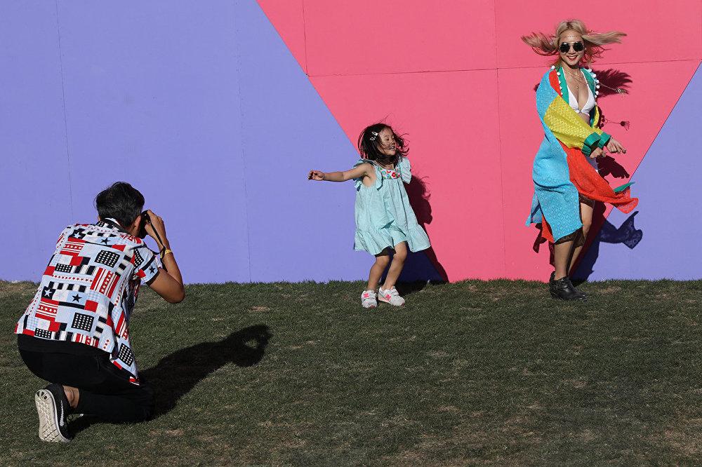 Люди танцуют и позируют для фото на Коачелла-фест