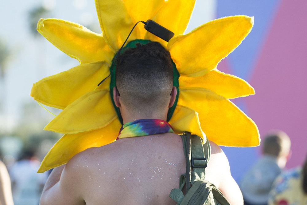Мужчина на Фестивале музыки и искусств в долине Коачелла