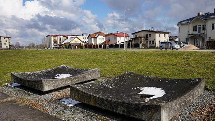 Бетонные чащи символизируют ямы, в которых жили и умирали советские военнопленные