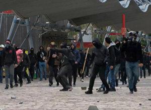 Parīzes iedzīvotāji ar akmeņiem apmētāja policiju protesta akcijas laikā pret Lepēnu