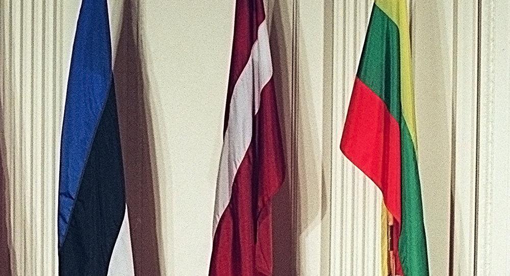 Флаги Эстонии, Латвии и Литвы (слева направо)