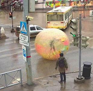 Житель Перми прокатился в зорбе по автотрассе