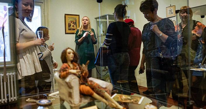 Илона Яхимович представляет выставку старинных зеркалец в Доме-музее Аспазии