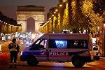Автомобиль французской полиции на Елисейских полях