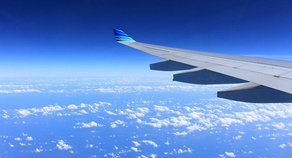 Крыло летящего самолета