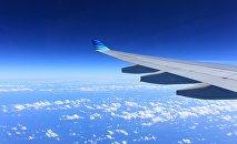 Крыло летящего самолета, архивное фото