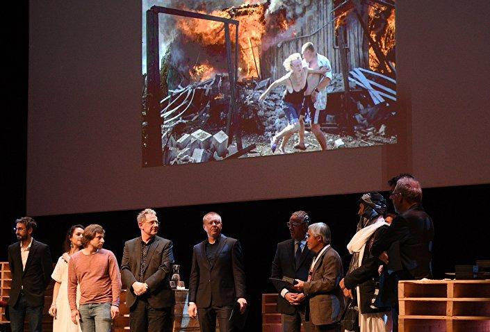 Фотокорреспонденту МИА Россия сегодня В. Мельникову вручили премию World Press Photo