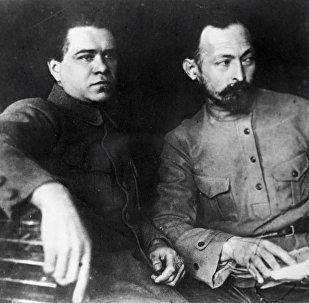 Председатель ВЧК при СНК РСФСР Феликс Дзержинский и его заместитель Яков Петерс (слева)
