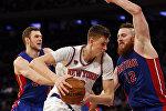 Форвард New York Knicks Кристап Порзиньгис (в центре)