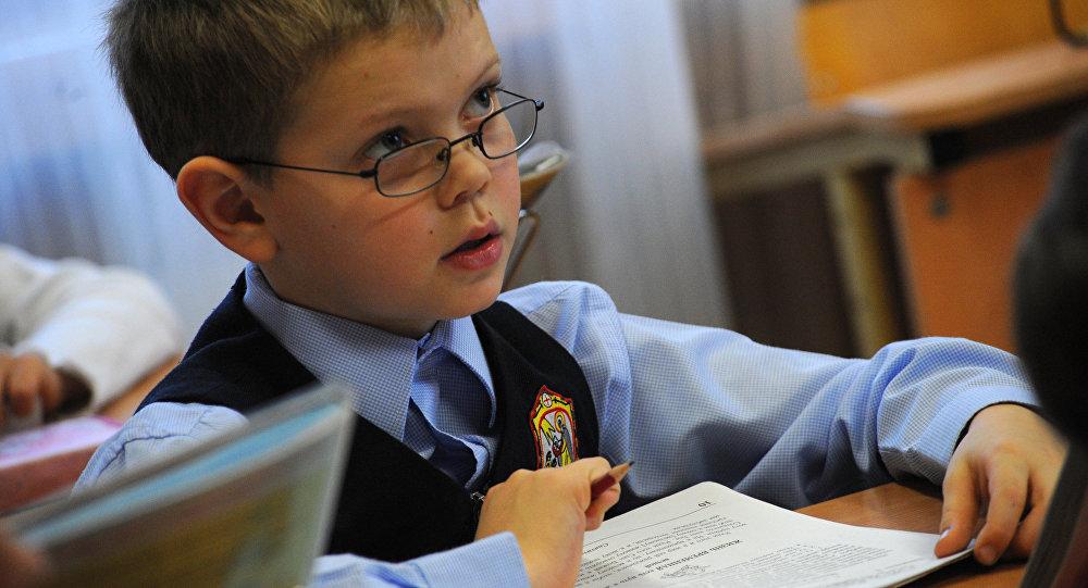 Ученик на уроке чтения