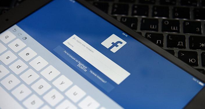 Социальная сеть Facebook на экране планешета