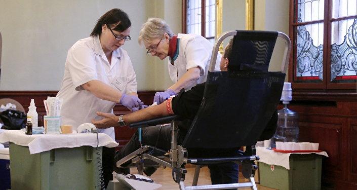 Доноры сдают кровь в День донора в Канцелярии Президента Латвии