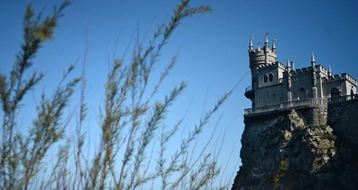 Памятник архитектуры Ласточкино гнездо на Аврориной скале мыса Ай-Тодор в Ялтинском районе Крыма