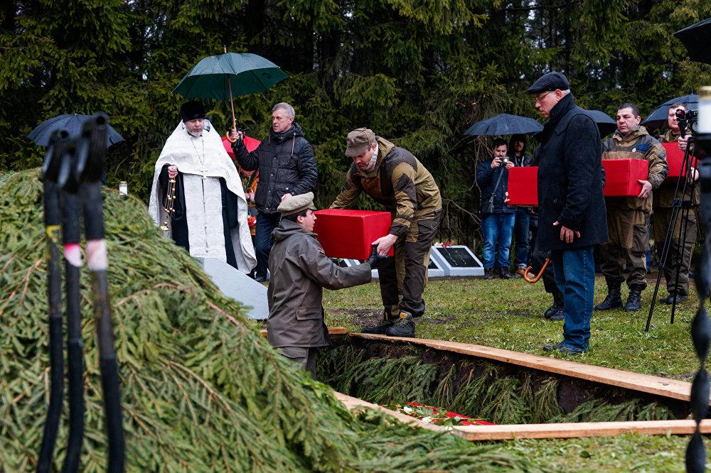 Церемония перезахоронения останков советских воинов, погибших в годы Великой Отечественной войны на территории Латвии