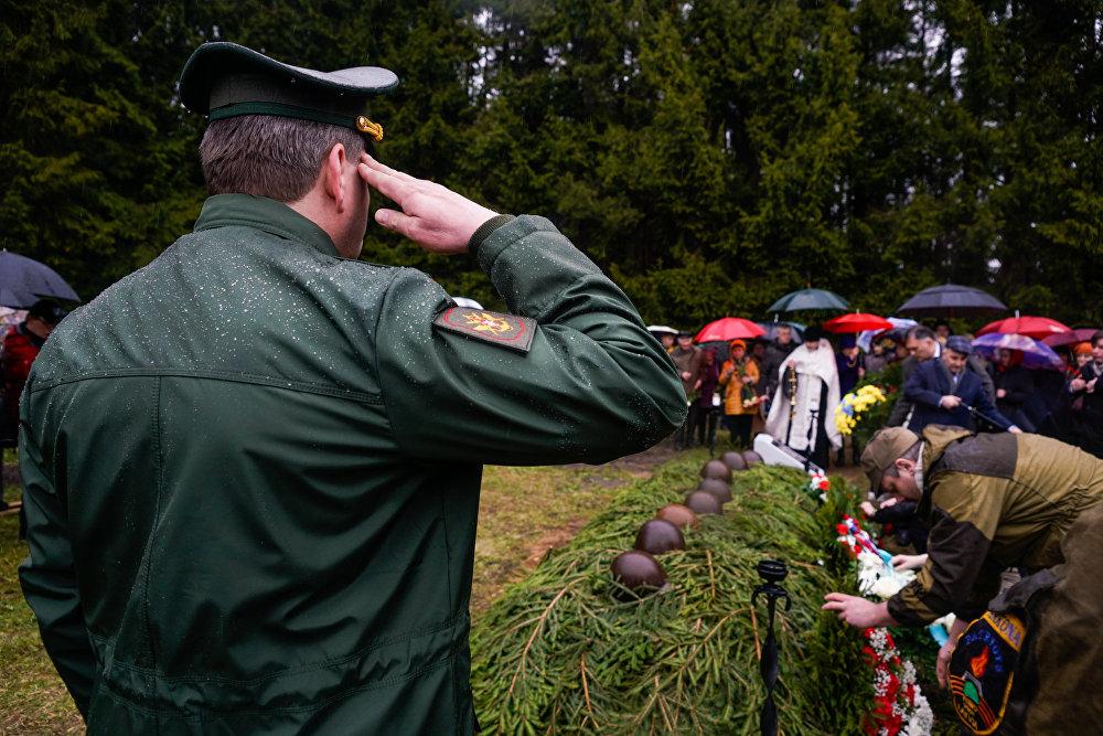 Военный атташе посольства России в Латвии отдаёт честь советским воинам