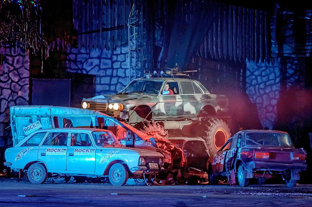Шоу каскадеров Русский форсаж на территории парка киноприключений Мастер Панин
