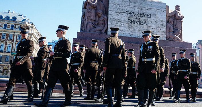 Солдаты Роты почётного караула у Памятника Свободы