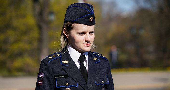 Женщина-военнослужащая