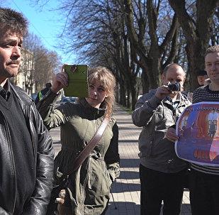 Mēs atceramies, mēs sērojam: Rīgā godināta Arodbiedrību namā Odesā bojāgājušo piemiņa