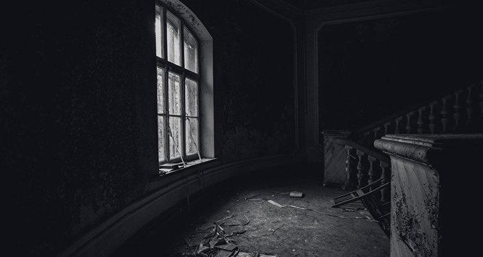 Vakara gaisma caur logu