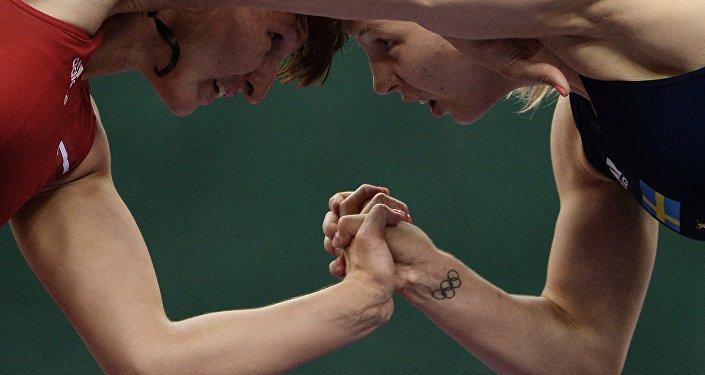 Анастасия Григорьева (слева) во время поединка на соревнованиях по вольной борьбе, архивное фото