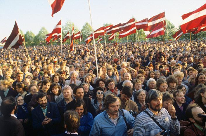 Митинг на берегу Даугавы в поддержку декларации о восстановлении независимости Латвийской Республики, 1990