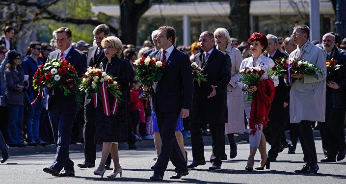 Премьер-министр Латвии Марис Кучинскис и другие официальные лица возлагают цветы к Памятнику Свободы