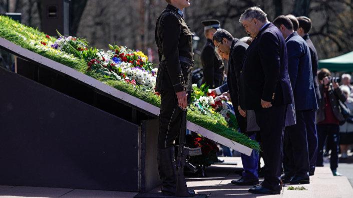 Посол России Евгений Лукьянов принял участие в церемонии возложения цветов к памятнику Свободы в честь Дня восстановления независимости Латвии
