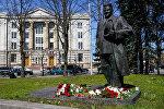 Памятник Карлису Ульманису на фоне Министерства иностранных дел Латвии