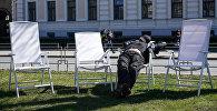 Утомленный праздником рижанин отдыхает на аллее у Кабинета Министров