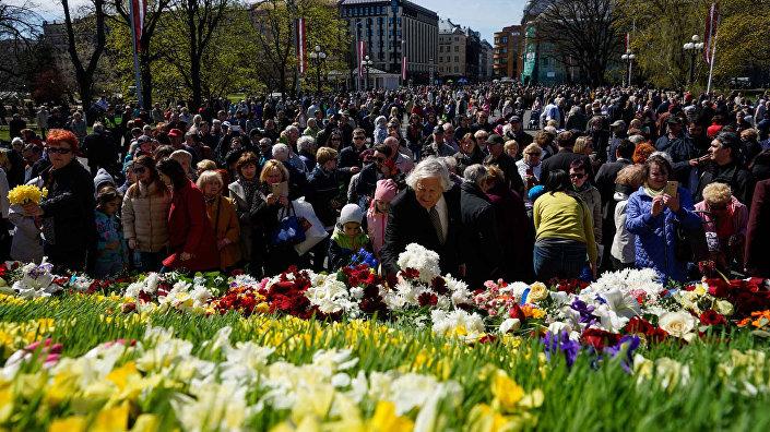 Латвийцы несут цветы к памятнику Свободы в честь Дня восстановления независимости Латвийской Республики