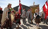 Шествие в национальных костюмах в День восстановления независимости Латвии