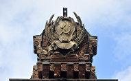 Герб РСФСР на крыше павильона №67 Карелия (Советская печать)