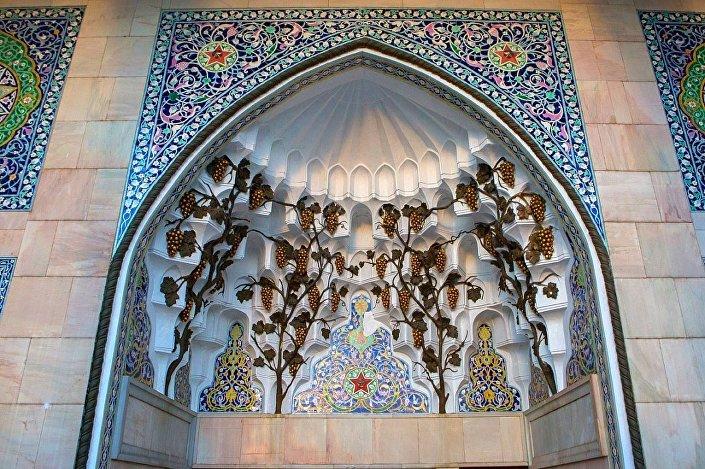 Скульптурные гроздья винограда на павильоне №14 Азербайджан