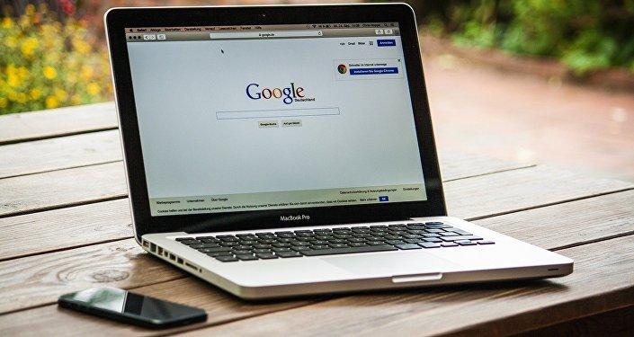 Ноутбук на столе с интернет-страницей Google