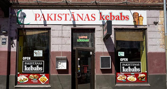 Клиент срасистскими призывами накинулся наработников кебабной