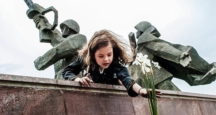 9 Мая в Риге, памятник Освободителям, архивное фото