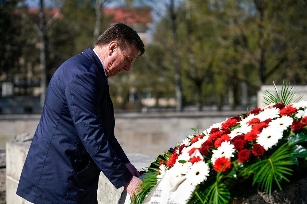 Премьер-министр Латвии Марис Кучинскис возложил венок