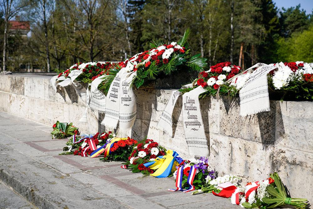 Венки на Братском кладбище