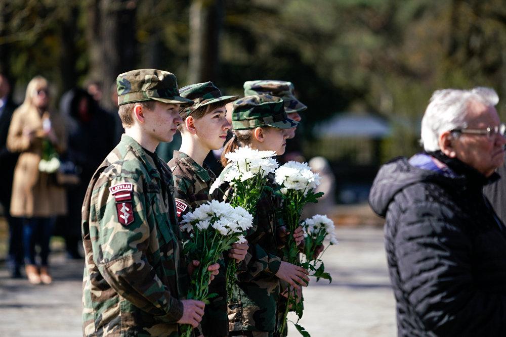 Молодежь Латвии возлагает цветы