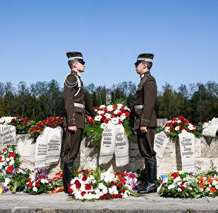 Rīgas Brāļu kapos tika nolikti vainagi kara upuru piemiņai