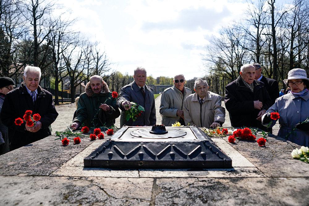 Цветы к Вечному огню на Братском кладбище возложили ветераны 130-го латышского стрелкового корпуса
