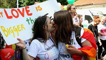 Девушки целуются на параде сексуальных меньшинств