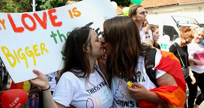 Девушки целуются на параде сексуальных меньшинств в Литве, архивное фото