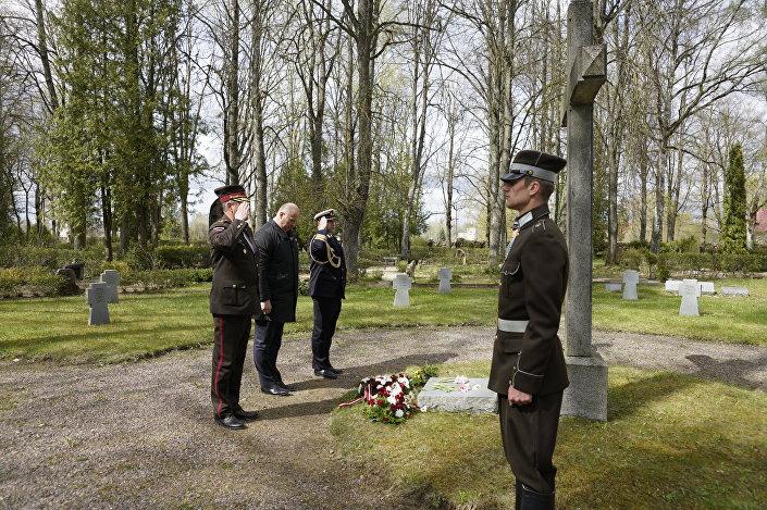 Раймондс Бергманис, Леонидс Калниньш и военный атташе Германии возложили цветы на захоронении немецких солдат Второй мировой войны в Джуксте