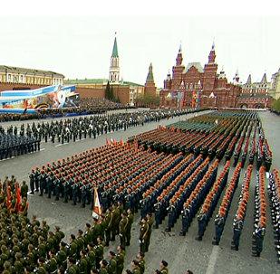 Sarkanaljā laukumā Maskavā notiek Uzvaras parāde