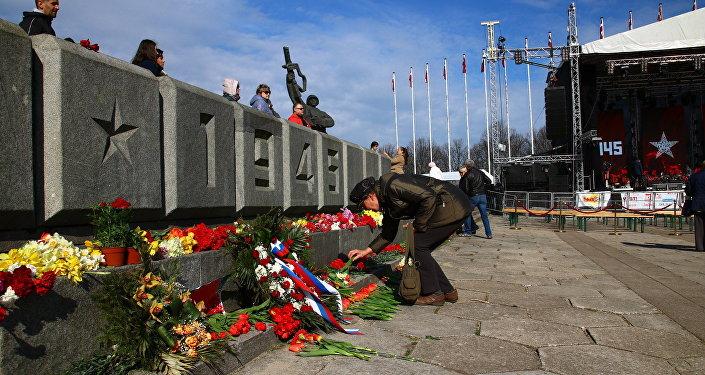 Памятник Освободителям в Риге утром 9 мая